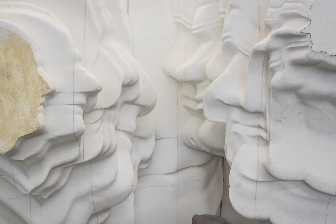 Confronting the surface with faces, Tony Cragg.